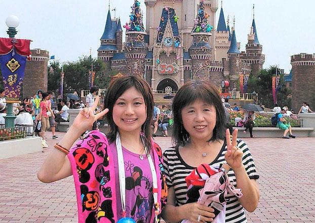 (左)茂木マネ、(右)母