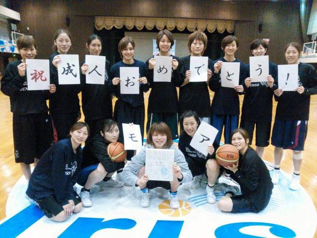 稲井選手が持っている色紙は、応援職場の原価企画室の皆さんが寄せ書きしてくれました!