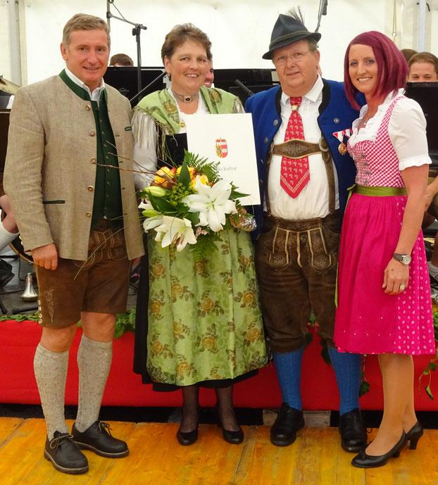 v.l.n.r.: Bürgermeister Willi Wallinger, Marianne Wörndl, Gauobmann Edi Leitner,  Obfrau Trachtenfrauen Manuela Wallmann
