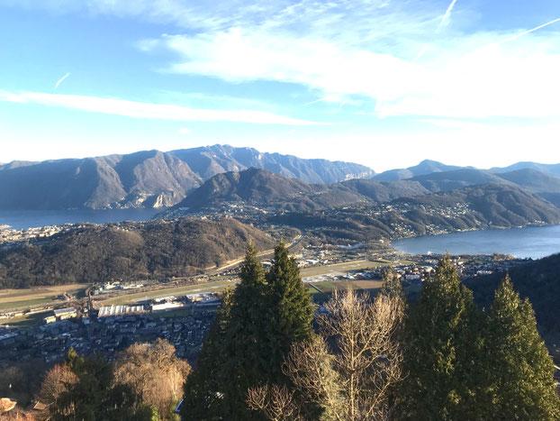 Blick vom Kurhaus Cademario auf den Lago di Lugano und die umliegenden Berge