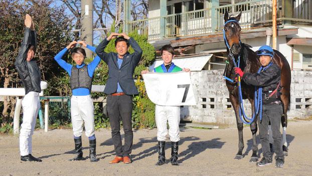 (左から)佐藤友則騎手/水野翔騎手/笹野博司調教師/渡邊竜也騎手/ヒダザクラ号
