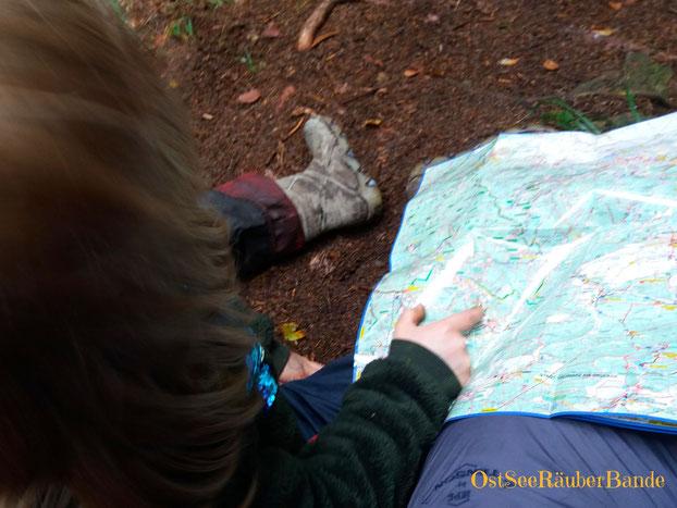 Neuentdeckte Kartenliebe: wir halten für deine Weile gefühlt alle 100m an um zu betrachten, wohin wir gelaufen sind. So spannend, wie er sich die Welt erschließt!