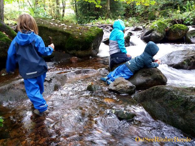 Kinder in der Kalten Bode - Gummistiefel- und Regenhosentest :-)