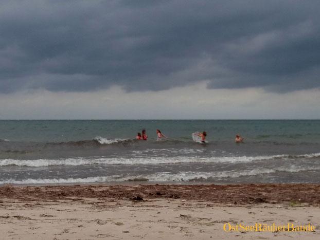 Seeräuber in ihrem Element - Wetter fast egal aber Gesellschaft (hier Geschwister und Freunde) ist wichtig :-)