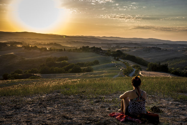 Frau auf Hügel, schaut auf Landschaftspanorama mit aufgehender Sonne  - Hypnosetherapie und Mentaltraining © Bethel Fath