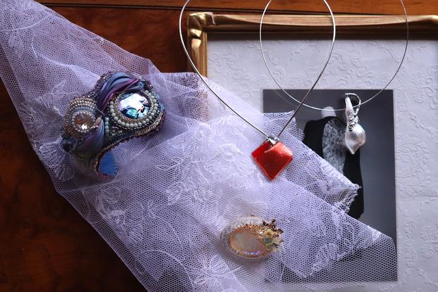 アートジュエリービーズ刺繍彫金ブレスレットネックレスブローチピアスチョーカー