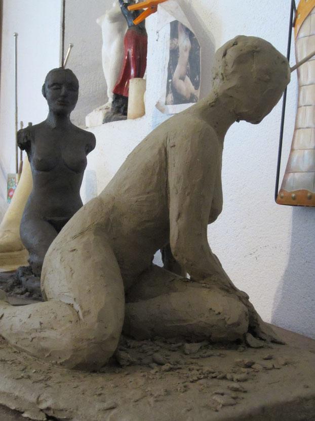 des nus féminins assis... un pied...un plâtre.nouveausculpteur.org