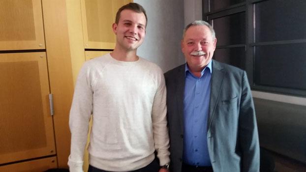 Zusammmen mit Jogi freut sich der 1. Vorsitzende des SCL Uli Strunk  über die Auszeichnung des DFB