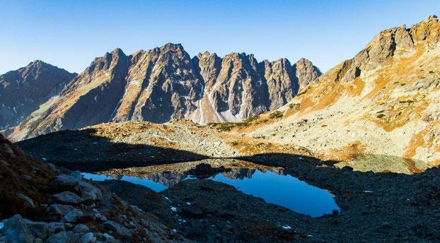 Im Hintergrund (Schneerinne) liegt wohl die schwierigste Skiabfahrt in der Hohen Tatra, sagte uns unser Guide. Er fuhr sie natürlich schon - war ja klar ;-)