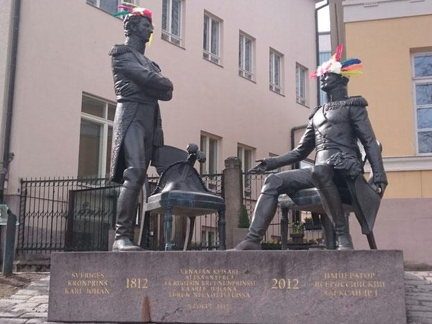 So wie hier in Turku, allerdings mit Studentenmütze und nicht mit Federschmuck...