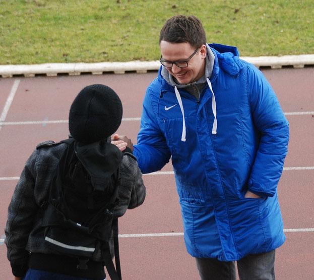Dürften sich auch am Mittwoch wieder herzlich begrüßen: Germanias Enock Maguru (links) und Kickers-Trainer Henning Baumann