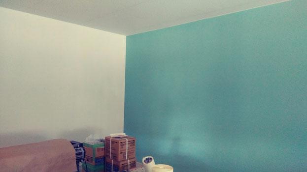 事務所壁 一面だけ明るい水色にしました 教室の壁も、一面同色です