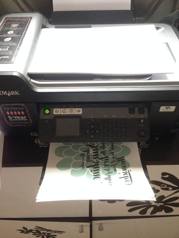 Das ganze könnt ihr mit einem ganz normalen Tintenstrahldrucker auf TRANSFERFOLIE oder auch T-shirt Folie genannt drucken!