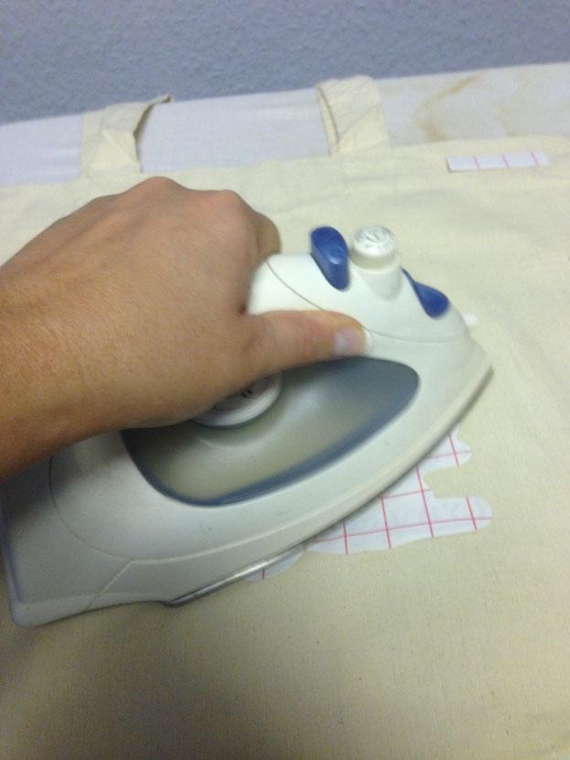 Das ganze auf den Stoff legen und mit kreisenden Bewegungen auf den Stoff bügeln ca. 30 sekunden.