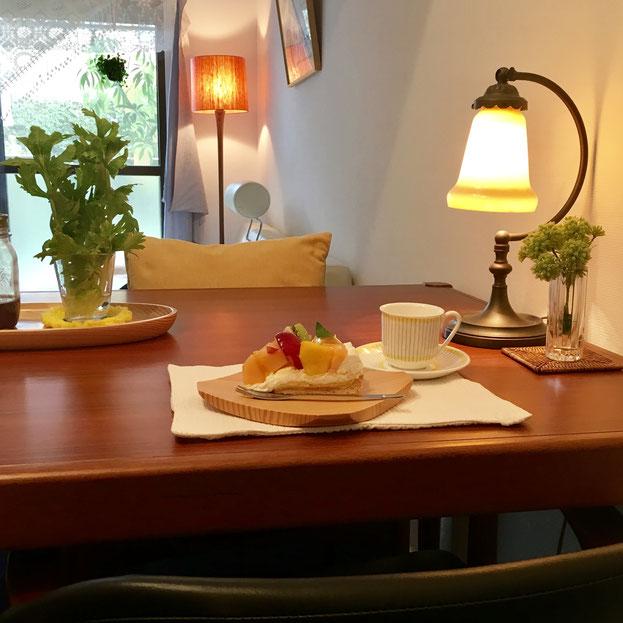 今回の「隠れ家Café」は朝早くからのオープンなので、生菓子のご用意はできないかもしれないのですが、その代わり、とっておきの近所のカフェをご紹介します♪ ぜひ、お帰りの際お時間ある方はここでのことを回想したり、クールダウンする時間として、カフェのはしごをされてください♪ きっと・・じんわり気づきも大きくなることと思います❤ 上記の写真は、そのわたしのおすすめのお店の一つの絶品フルーツタルトです(7月の写真なので、今はちがう季節のタルトかな!?)