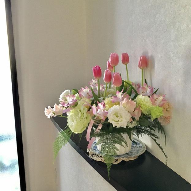 こちらは娘の中学の卒業祝いにみえさんから贈っていただいたお花❤ ほんとうにきれいで・・・ピンクのチューリップがそれはそれは健やかでした。ありがたいことに10日間もその美しい姿を保ってくれて、ちょうどお茶会や個人レッスンにいらしたゲストの方々をも楽しませてくれたのでした!(ありがとうーーー♪)