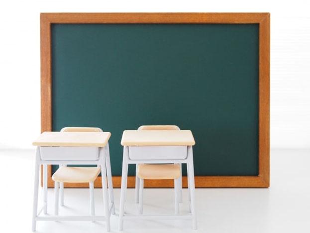 黒板と教室の机