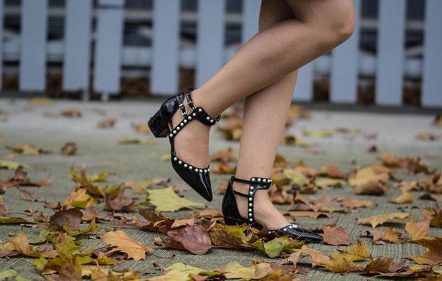 Herbstliches Outfit mit schwarzen Lackpumps mit Perlenbesatz von RAID.