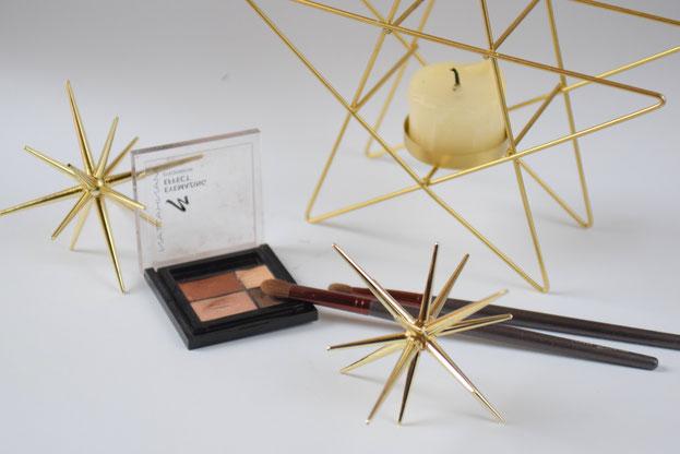 Goldene Highlights für weihnachtliche Dekoration mit Sternen und Kerzen und mein liebstes Augenmake-up.