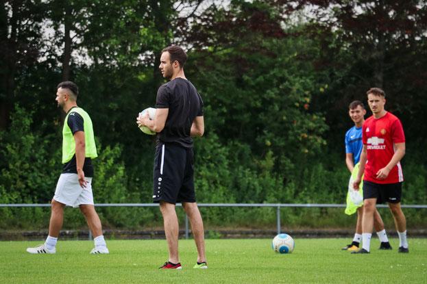 Alles im Griff, Spielertrainer Yannick Mayer bei seiner ersten Einheit für die SGM
