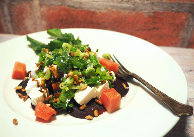 Rote Rüben Carpaccio mit Schafskäse, Wassermelone und Salat aus Frühlingszwiebeln mit Pinienkernen