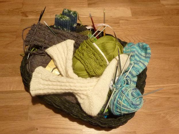 mein aktuelles Strick-Körbel ... voller Socken-UFOs ;-)