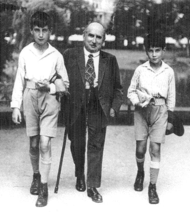 Leopold Hess mit Werner (links) und Otto im Kurpark Wiesbaden, ca. 1928 (Sylvia Skinner)