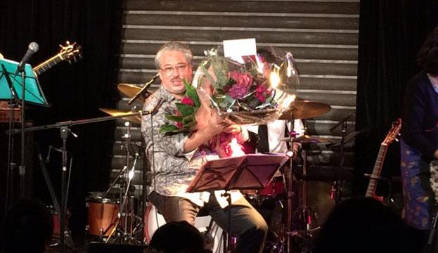 銀座TACTのステージで、抱えきれない程のプレゼントをもらった小竹 伸也さん