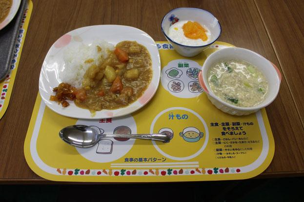 完成したカレー、中華風卵スープ、フルーツヨーグルト