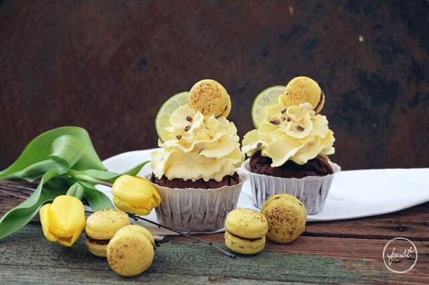 Zartbittere Schokoladen Muffins mit einem cremigen Maracuja Topping  | Freude²