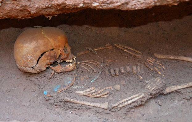 La gente estaba enterrado al lado de las pirámides en las cámaras funerarias que suelen realizarse más de una persona. Esta imagen muestra a un niño que fue sepultado con collares