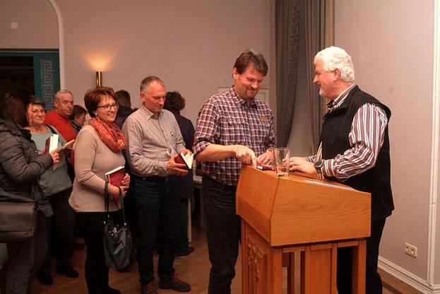 Viele suchten nach dem Vortrag noch das Gespräch mit Pfarrer Kreitmeir oder ließen ihre Bücher signieren. Foto: Günther Geiling