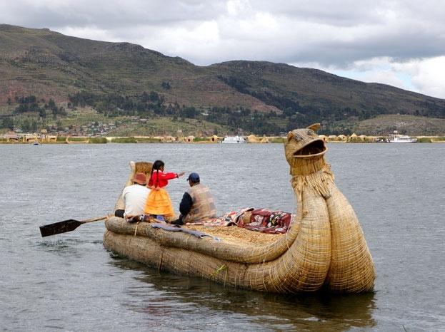 Titikakos ežere urai irstosi nendriniais laivais Peru