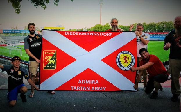 Admira Tartan Army mit ihrem Transparent in der Fankurve im Südstadt Stadion
