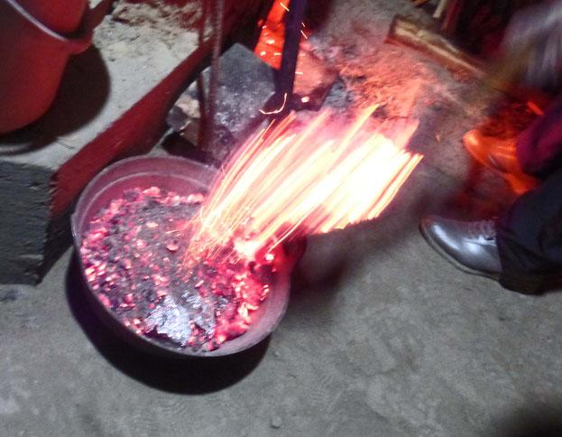 焼き芋だけでなく寒さをしのぐ為お火を出し深夜も暖をとる