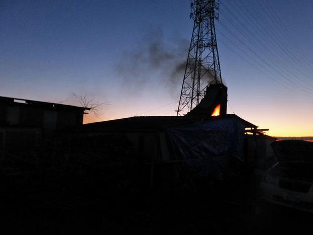 深夜から明け方が攻め時 黒煙が道路を妨げないよう考慮しながら