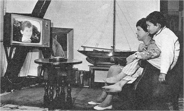 """Mehdi, blotti sur les genoux de sa mère (Cécile Aubry), devient le téléspectateur attentif du feuilleton """"Belle et Sébastien"""""""