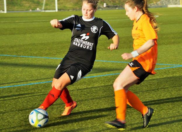 FSG-Abwehrspielerin Leonora Grau (links am Ball) im Zweikampf mit ihrer Gegenspielerin vom SSV Frohnhausen (Archivfoto) in der vergangenen Saison, in der die FSG noch zweimal gegen die Dillenburgerinnen unterlag