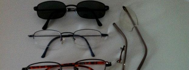 vier Brillen, eine davon ist kaputt