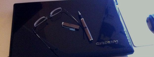 Schreibtisch der Delmenhorster Schriftstellerin Katy Buchholz mit einem zugeklappten Laptop. Darauf liegen eine Brille und ein Stift.