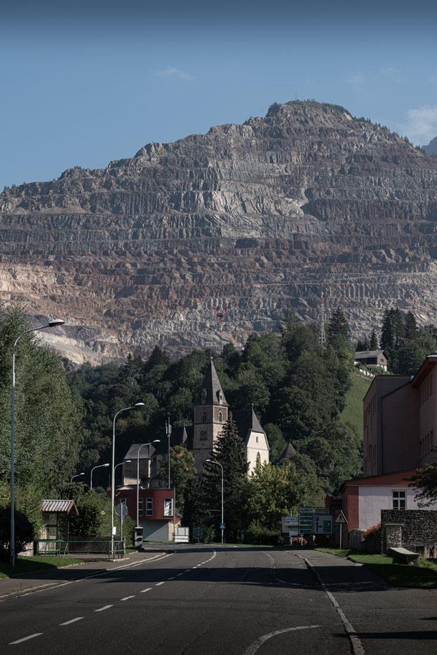 Einfahrt nach Eisenerz, im Hintergrund der Erzberg