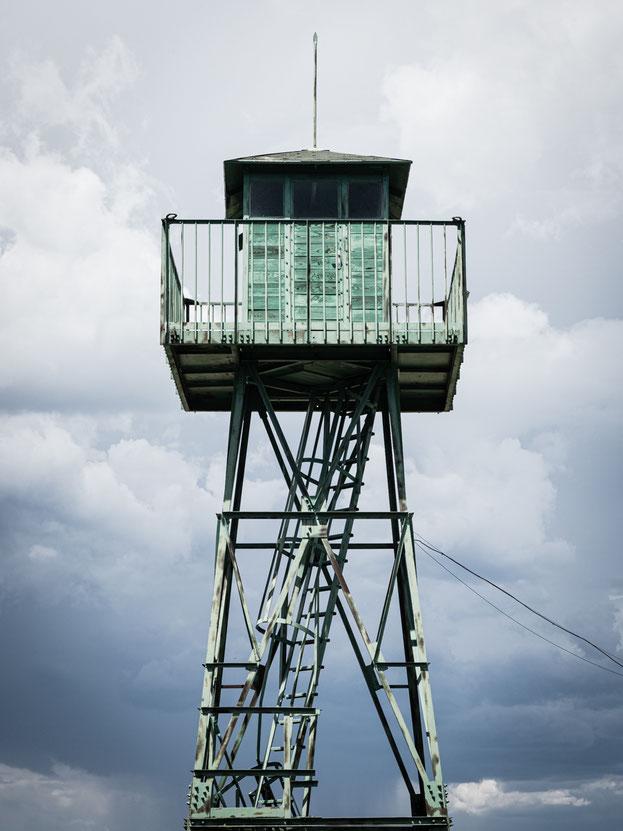 """Wachturm aus der Zeit, wo die Grenze noch streng bewacht worden ist und auch unter Beschuss gestanden ist (Teil des """"Grenzerfahrungsweges Bildein"""") - eine eigentlich filigrane Konstruktion, die der Beobachtung der Grenze gedient hat"""