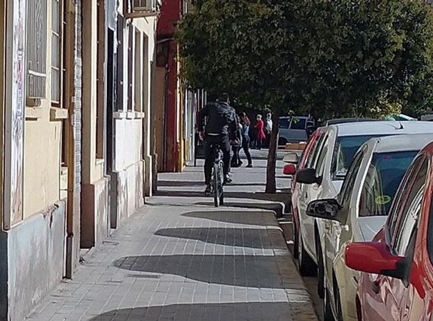 El peligro de las bicicletas es un hecho en la Ciudad de Valencia cuando circulan por las aceras.