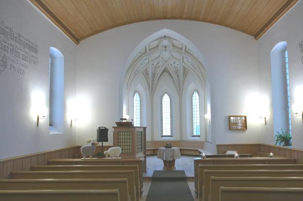 Einblick in die frisch renovierte Kirche Furna.