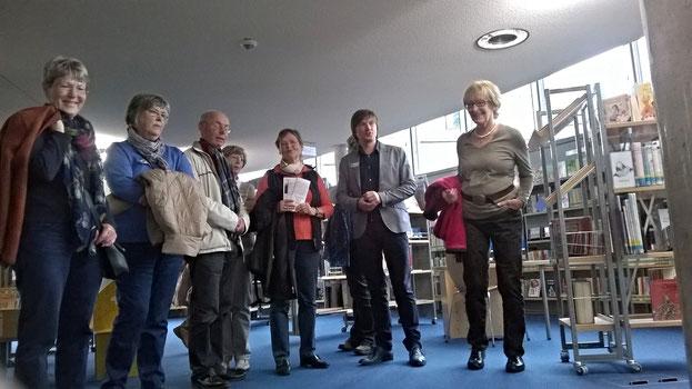Bibliotheksleiter Werner Wieczorek empfängt in der Stadtbibliothek Bergheim seine Gäste aus Jülich