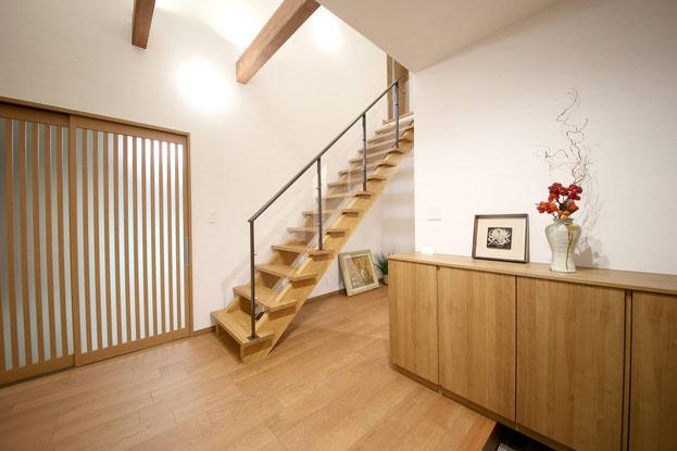 M様邸玄関ホール、カウンター収納とオープン階段