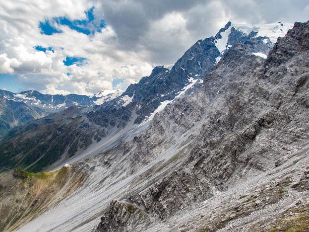 Unten links, auf dem grünen Rücken liegt die Tabarettahütte. Rechts oben, unterhalb des Ortler, erkennt ihr die Payerhütte.