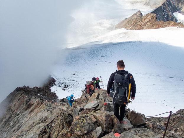 Über den Felsgrat ging es hinunter auf den Gletscher.