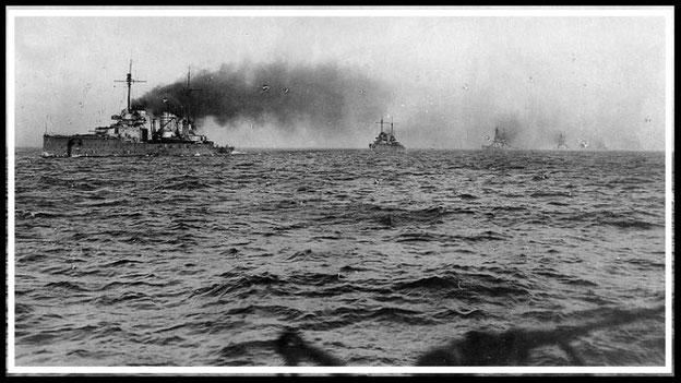 Die SMS Seydlitz und weitere Kriegsschiffe auf dem Weg nach Scapa Flow im Jahr 1918. (Foto: Wikimedia, Public Domain)