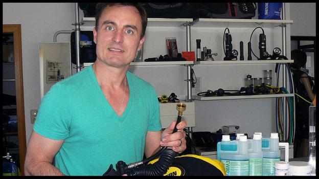 Torsten Sommerlatt ist Inhaber von Faszination Tauchsport in Sauerlach bei München. Praktisch: Mit dem Jacket-Wasch-Schlauch lässt sich das Wasser für die Reinigung vom Hahn direkt und ohne Kleckern ins Jacket füllen. Insbesondere der Inflator kann durch